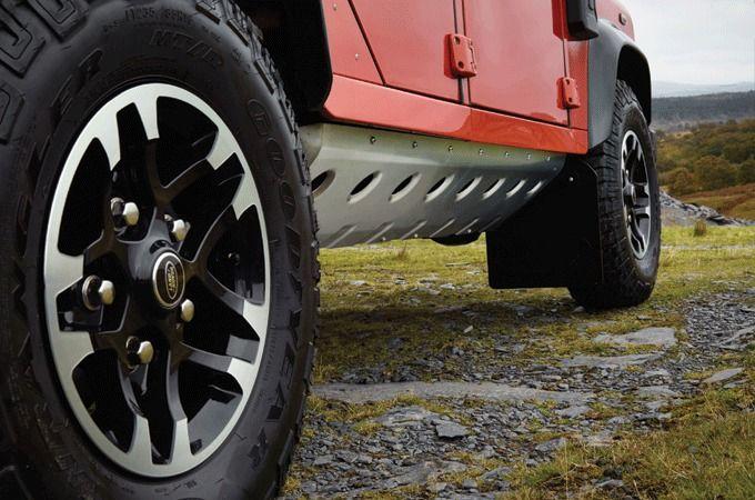 Land Rover Začína Rok Osláv Modelu Defender S Gigantickou Kresbou V Piesku Veľkou 1 Km A Trojicou Limitovaných Edícií