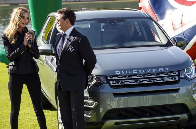 ROSIE HUNTINGTON-WHITELEY IN NOVI DISCOVERY SPORT
